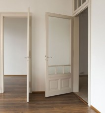 czym nasmarować skrzypiące drzwi, co robić żeby drzwi nie skrzypiały
