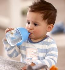 nauka dziecka picia z kubka