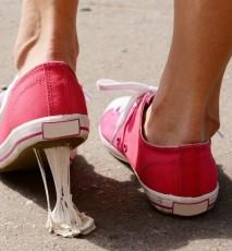 jak usunąć gumę do żucia z butów, jak usunąć gumę z buta, jak usunąć gumę przyklejoną do buta, jak usunąć gumę z podeszwy