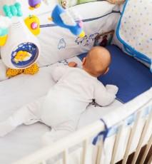 Niebezpieczne gadżety w łóżeczkach niemowlęcych