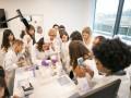 kobiety przy badaniu mikroskopowym
