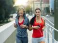 dwie kobiety biegają
