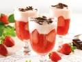 deser z musu truskawkowego, deser z musem truskawkowym, szybki deser z truskawek