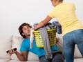 jak zachęcić mężczyznę do domowych obowiązków, jak zmotywować faceta do sprzątania