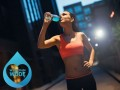 dziewczyna biegnie i pije wodę