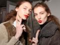Dwie dziewczyny w czerwonych szminkach