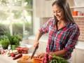 Kobieta robiąca sałatkę