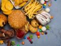 Niezdrowa żywność na stalowym blacie. Fast food, słodycze.