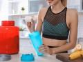 Kobieta rozpuszcza izolat białka serwatkowego