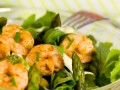 sałatka z krewetkami i szparagami przepis, przepis na sałatkę ze szparagami i krewetkami