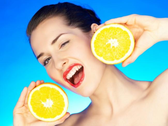 kobieta z pomarańczami