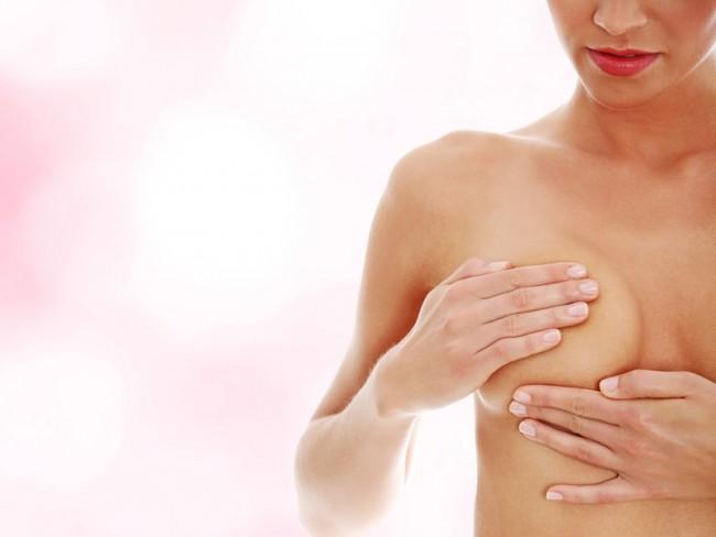 Kobieta badająca piersi