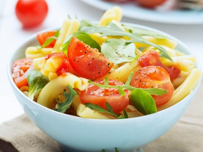 30 przepisów na sałatki z makaronem