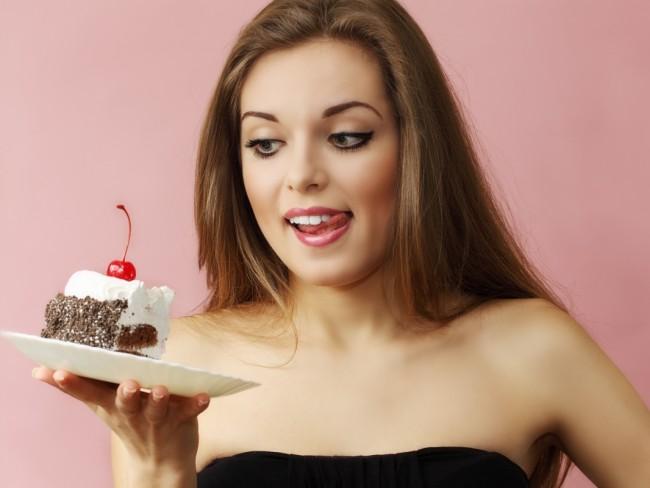 kobieta z ciastem, czego unikać na diecie