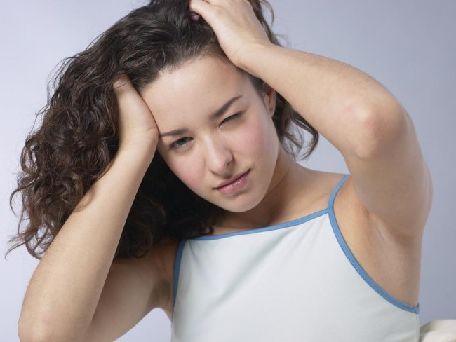 kobieta, dziewczyna, choroba, bóle głowy, renta, zasiłek chorobowy, finanse, praca