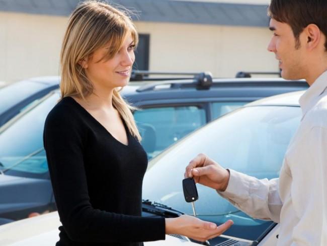 darowizna, podatki, opłaty, porady prawne, kluczyki, samochód, kobieta