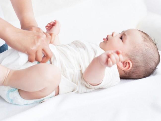 przewijanie dziecka, niemowlę