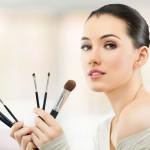 Makijaż odmładzający: jak się malować, gdy pojawiają się pierwsze zmarszczki?