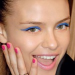 Niebieski makijaż plus ciemna oprawa oczu