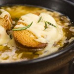Zupa cebulowa z grzanką i żółtym serem