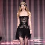 Haute Couture w Paryżu: Rubik i siostra Kardashian w hipisowskich lookach na wybiegu Versace