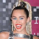 Miley Cyrus uwielbia szokować! Tylko ona zdecydowała się na taką kreację