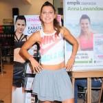 Uśmiechnięta Anna Lewandowska na sportowo promuje swoją płytę