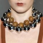 Biżuteria dobrana do dekoltu bluzki