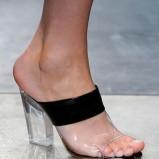 Przezroczyste buty - trendy w modzie