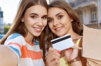 Jak obniżyć koszty płatności kartą za granicą?