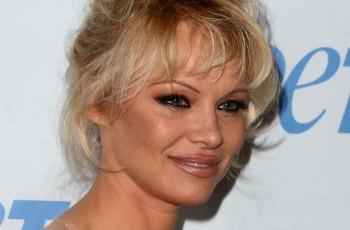 49-letnia Pamela Anderson �a�uje, �e powi�kszy�a piersi
