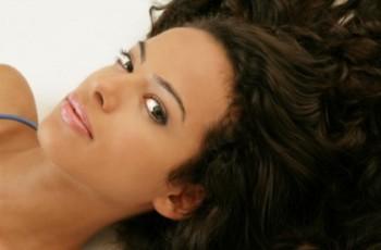 Jak można nadać zbyt miękkim włosom sztywności?