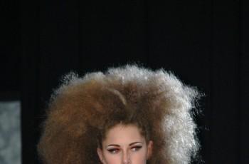 Modne fryzury z wybiegów