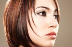 Jak wygląda procedura prostowania włosów przy pomocy żelazka?