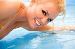 Zniszczone włosy od chloru w basenie