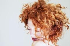 Upięcie kręconych włosów na imprezę