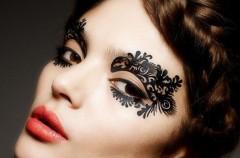 Urodowy trend - tatuaże na powieki z winylu