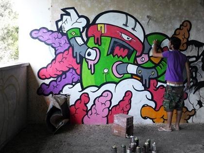 Diogo Machado maluje graffiti