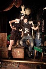 br�zowa koszulka Pull and Bear ze zdobieniami - jesie�-zima 2010/2011