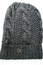 popielata czapka Adidas - trendy zimowe