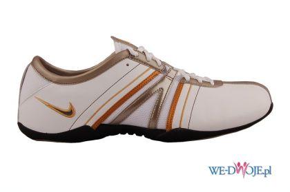 bia�e trampki Nike - trendy jesienne