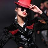 czerwony kapelusz Eva Minge - wiosna/lato 2011