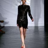 czarna sukienka wieczorowa Eva Minge z cekinami - moda jesienna