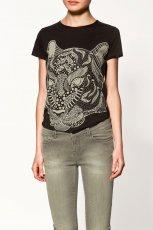 czarna bluzka ZARA z nadrukiem - trendy zimowe