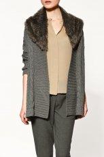 popielaty sweter ZARA z futerkiem - moda jesienna