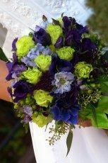 Bukiet z niebieskich i zielonych kwiat�w