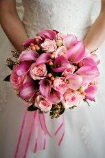 Bukiet �lubny z r�owych kwiat�w
