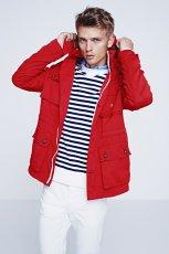 czerwona kurtka H&M z kapturem - moda wiosenna
