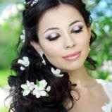 Upi�cie z kwiatami i diademem na d�ugich w�osach