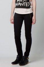 czarne spodnie Bershka z zamkami rurki - wiosna/lato 2012